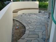 自然石をうまく組み合わせていきます。