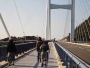 大橋を歩いて渡る